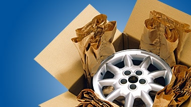 Karton mit Papier aus einer Verpackungsmaschine gefüllt.