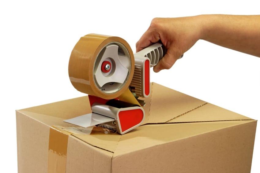 Paket mit Packband verschließen