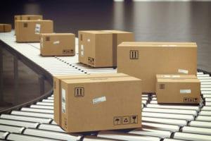 Mehrere Verpackungen und Kartons auf einem Förderband