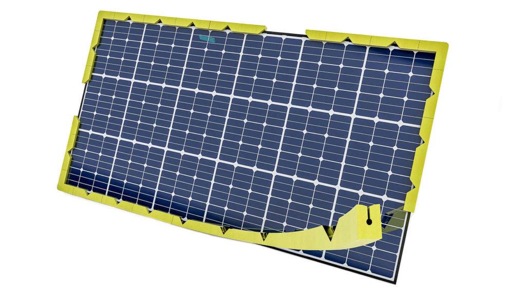 Ein Solarpanal wird von einem Schaumprofil an den Kanten und Ecken geschützt